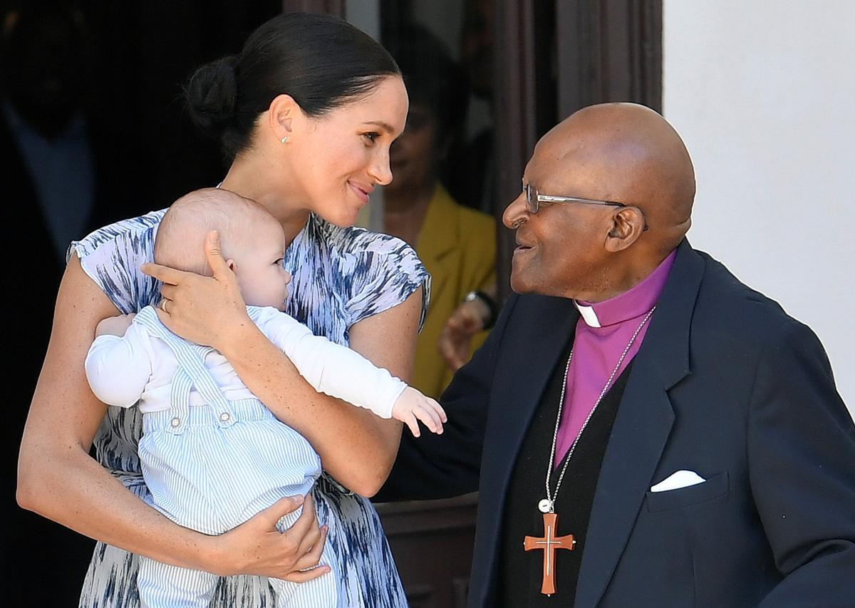Aartsbiskop Tutu beskou prins Harry en Meghan as 'n versorgende paartjie terwyl die baba Archie straal