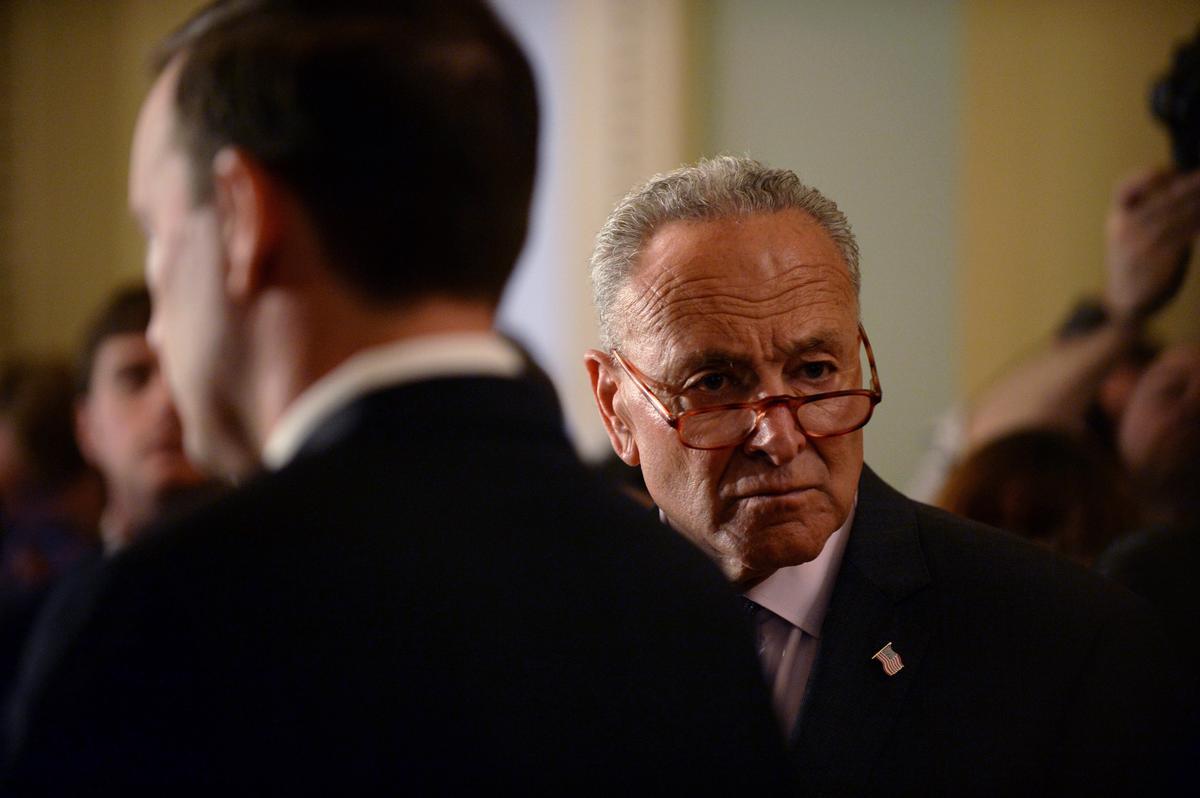Schumer doen 'n beroep op die senaat van die senaat om Trump se hantering van die Oekraïne te ondersoek