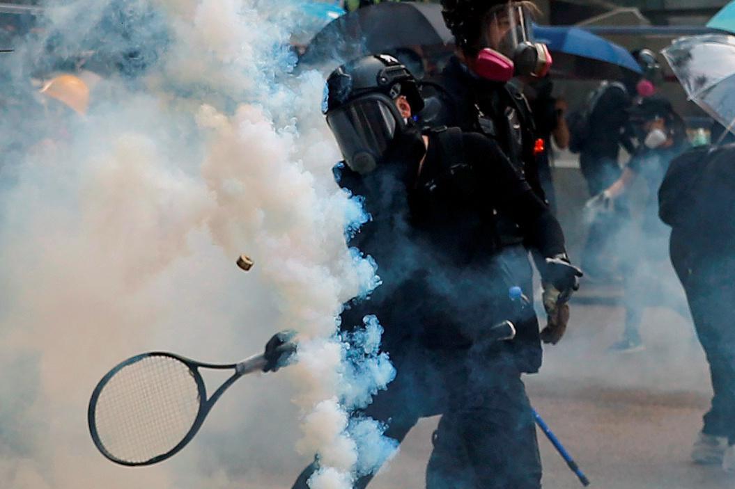 Hong Kong, gehawend en gekneus, maak skoon vir die gevoelige Chinese herdenking