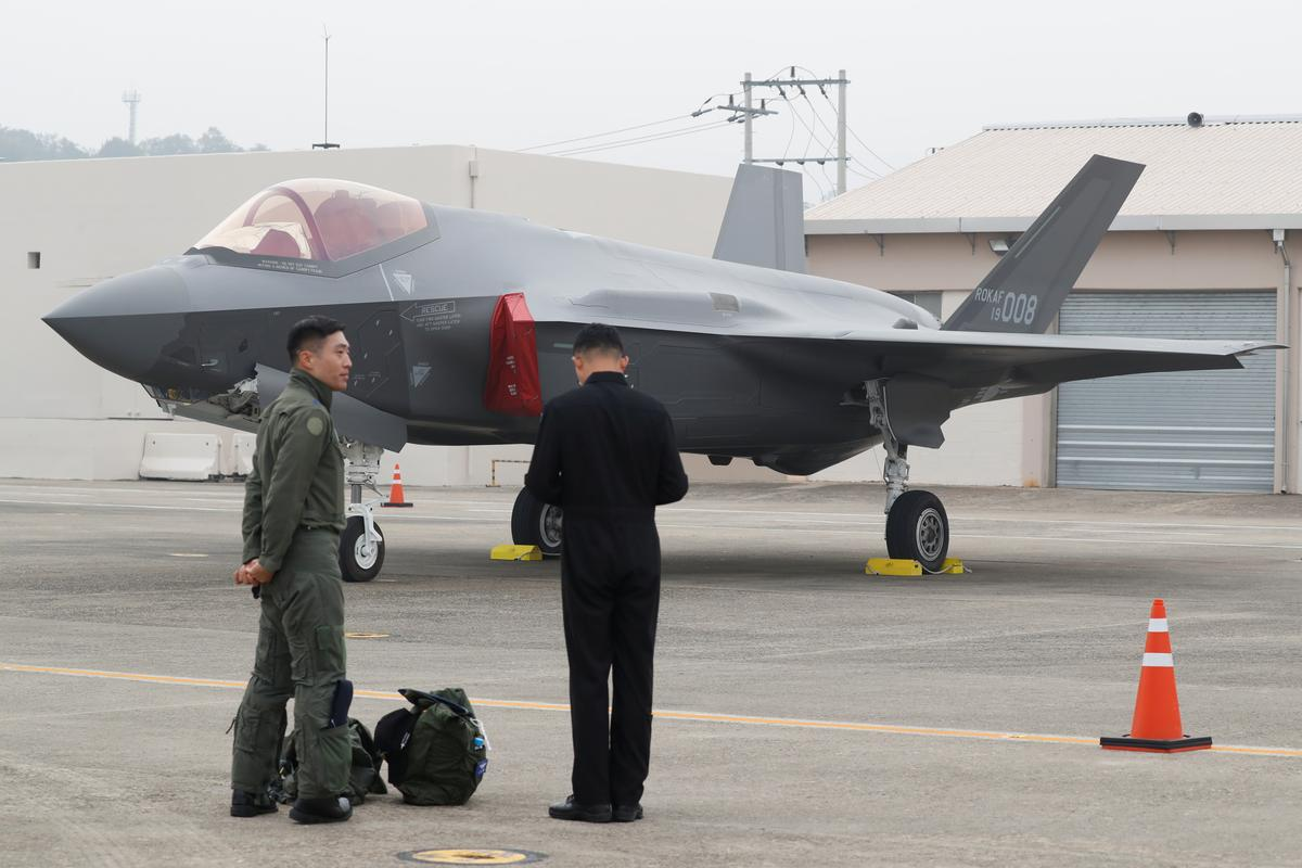 Suid-Koreaanse vegvliegtuie vlieg patrollie oor eilande wat deur Japan betwis word