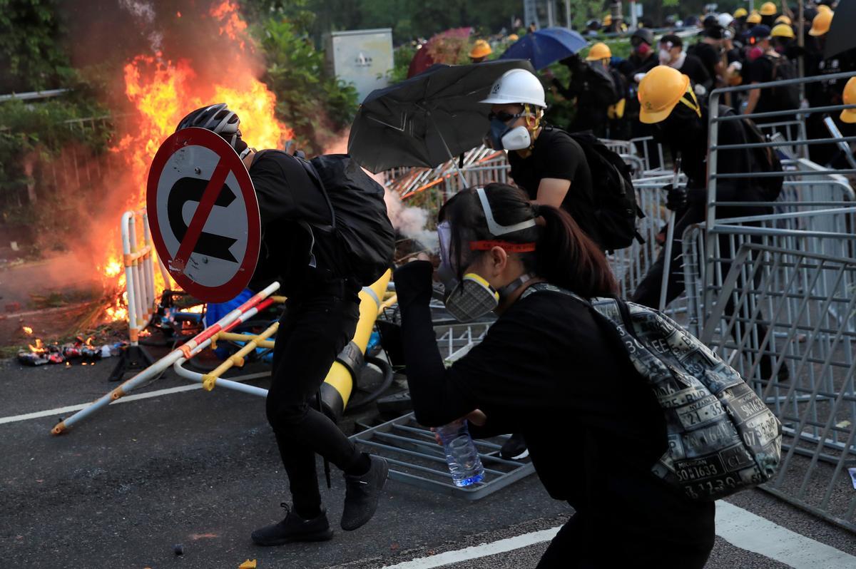 Die polisie skiet tiener-betogers uit terwyl geweld in Hong Kong eskaleer