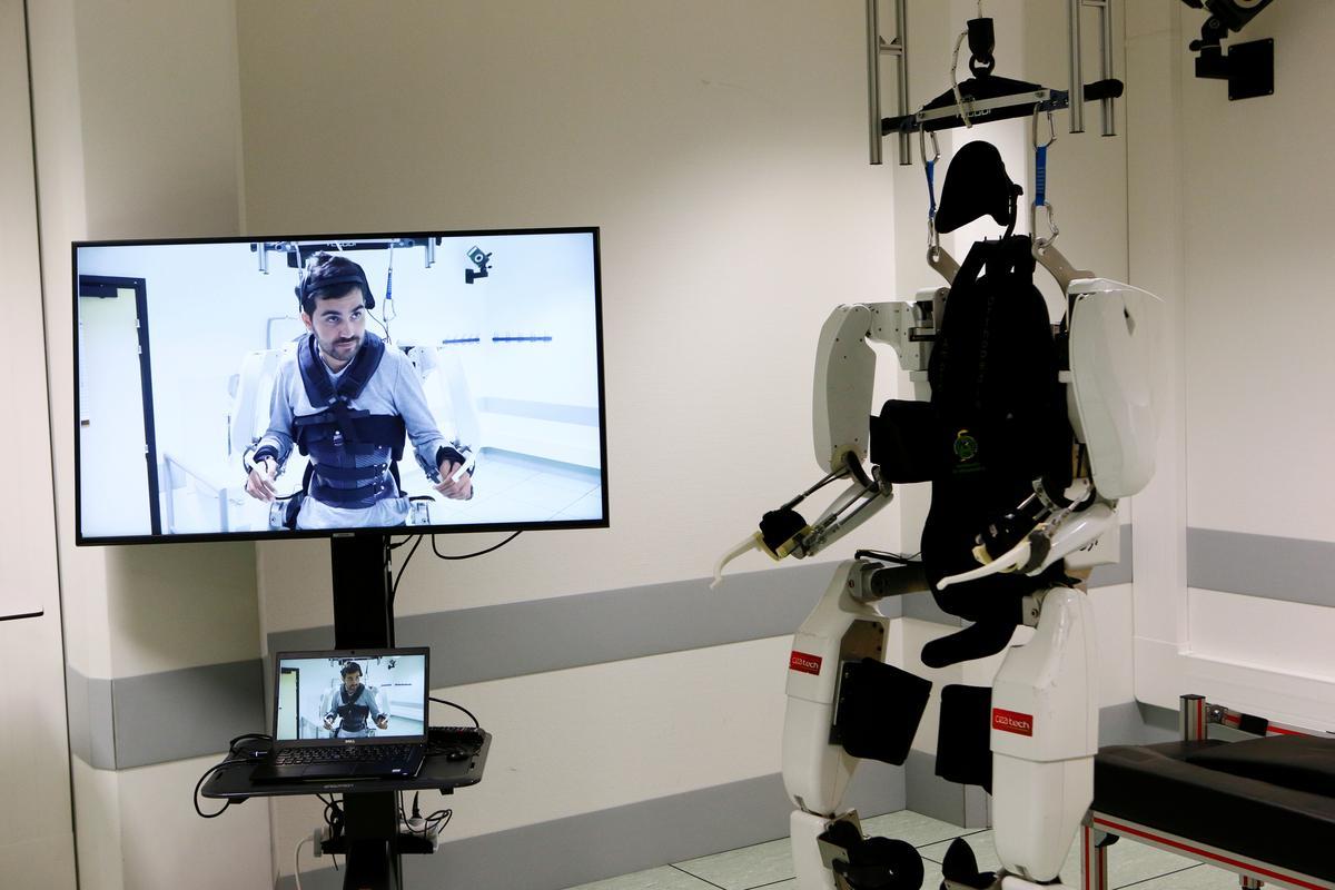 Verlamde man het 'n 'ding' om weer met 'n robot-eksoskelet te stap