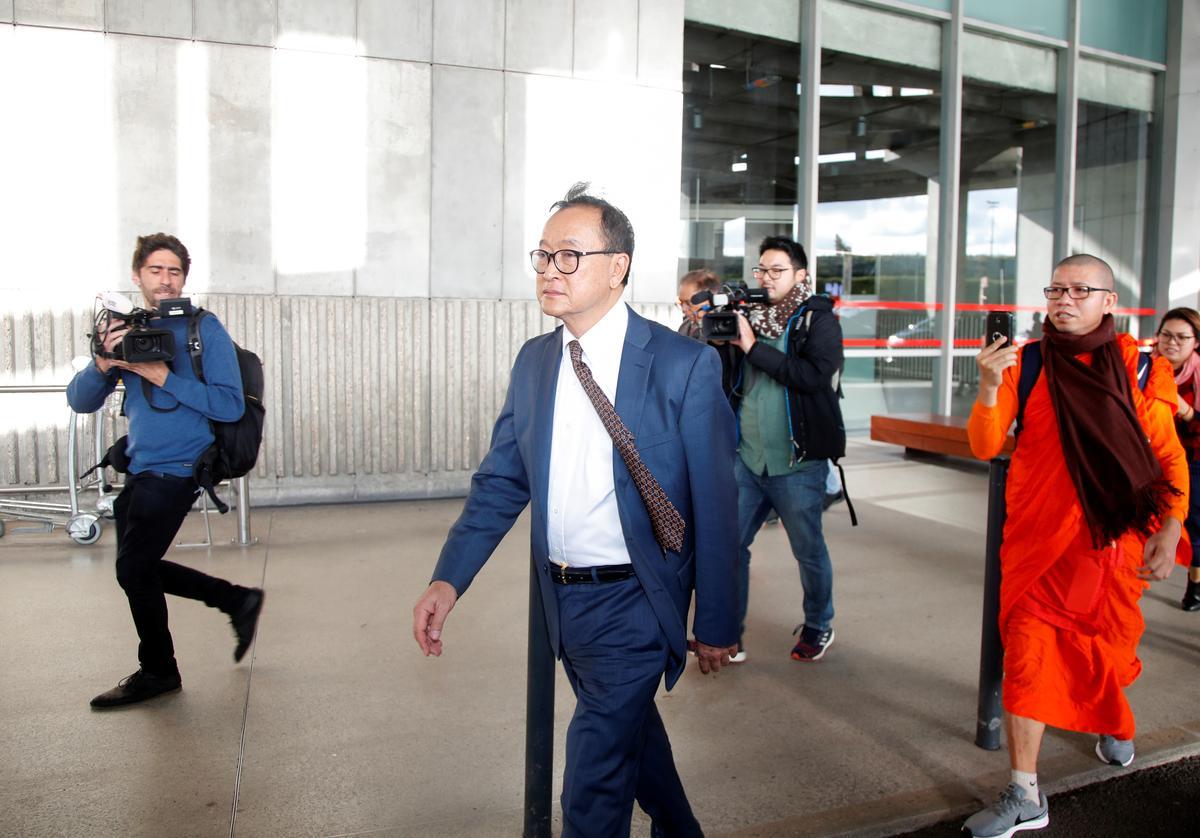 Nhân vật đối lập Campuchia Sam Rainsy lên máy bay ở Paris