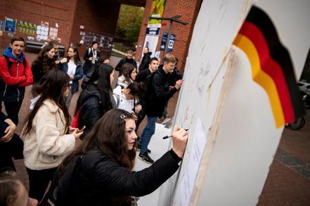 "Americans contemplate Berlin Wall's fall, U.S.-German ties at ""Wunderbar Together"""