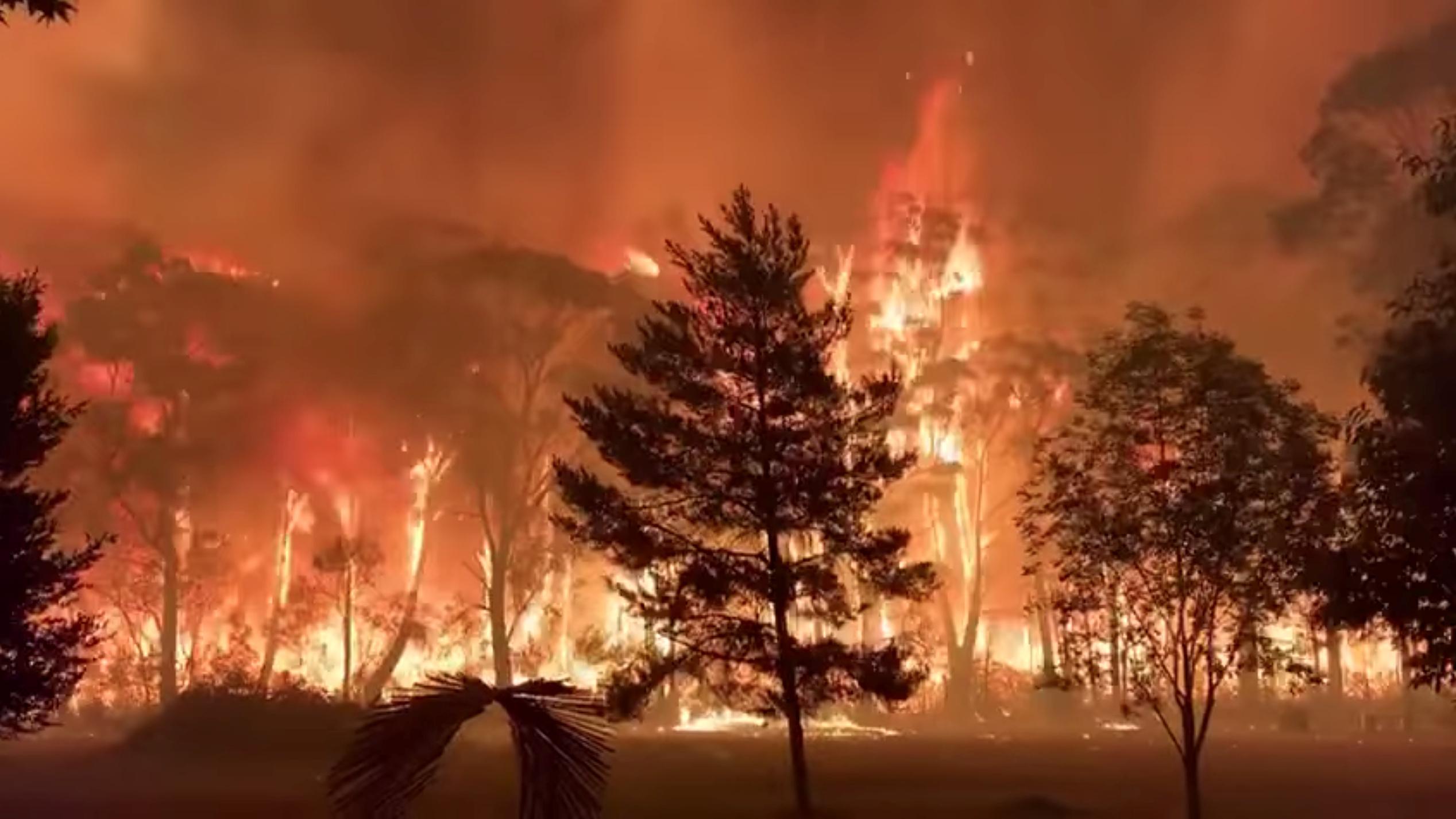 Australia firefighters accidentally spread blaze ahead of heatwave