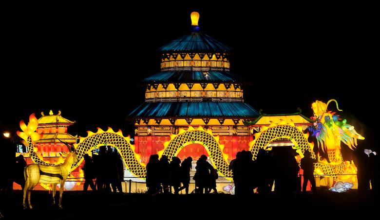 La gente asiste al festival de luces Great Lanterns of China en Pakruojis manor, Lituania, 14 de diciembre de 2019. REUTERS / Ints Kalnins