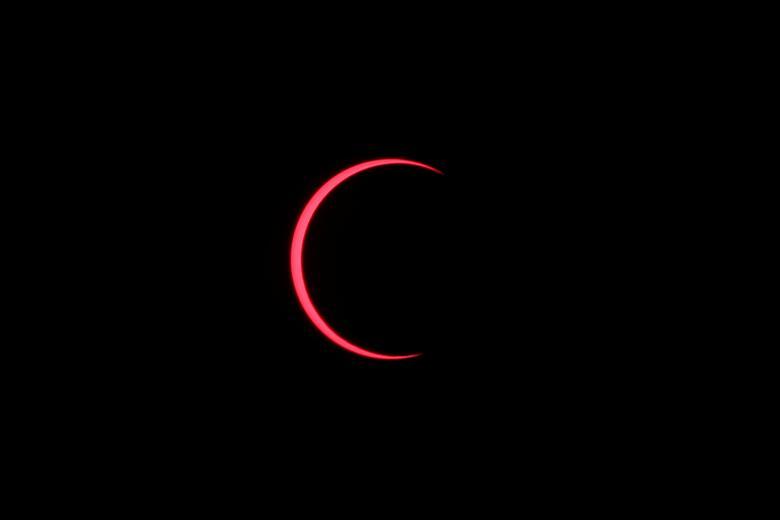 Se observa un eclipse solar anular con el uso de un filtro solar, en Siak, provincia de Riau, Indonesia, 26 de diciembre de 2019. REUTERS / Willy Kurniawan