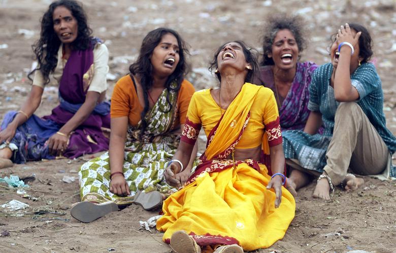 Las mujeres lloran la muerte de las víctimas en Cuddalore, India, 27 de diciembre de 2004. REUTERS / Arko Datta