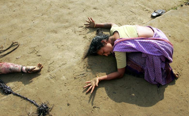 (Advertencia: contenido gráfico) Una mujer india llora la muerte de su pariente (R) que fue asesinado por un tsunami en Cuddalore, India, el 28 de diciembre de 2004. El 26 de diciembre se cumplen 15 años desde que se produjo un terremoto de magnitud 9.1 en la costa de la provincia de Aceh en Indonesia un tsunami que mató a más de 230,000 personas en Indonesia, Sri Lanka, India, Tailandia y otros nueve países.  REUTERS / Arko Datta