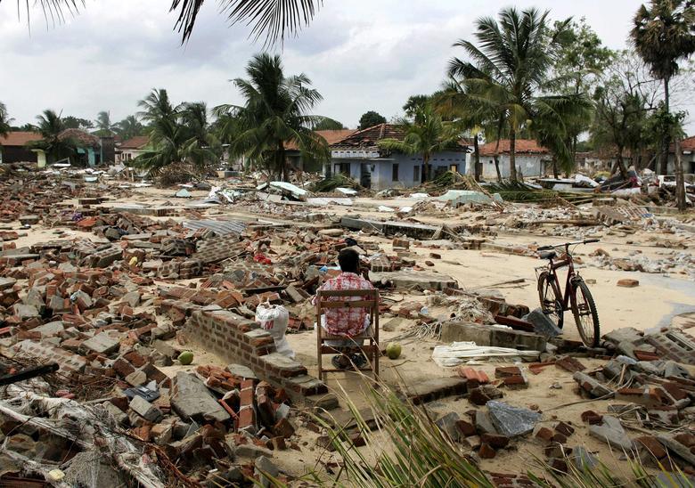 Un hombre se sienta en los restos de su casa que fue destruida en el pueblo de Pandiruppu en la costa este de Sri Lanka el 6 de enero de 2005. REUTERS / Kieran Doherty