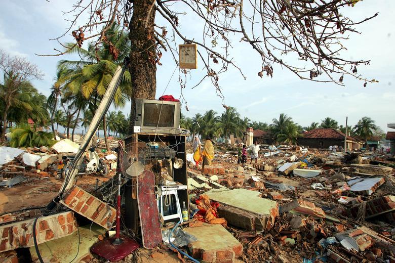 Las pertenencias recuperadas se guardan contra un árbol en la ciudad devastada por el tsunami de Kalmunai, en la costa este de Sri Lanka, el 14 de enero de 2005. REUTERS / Arko Datta