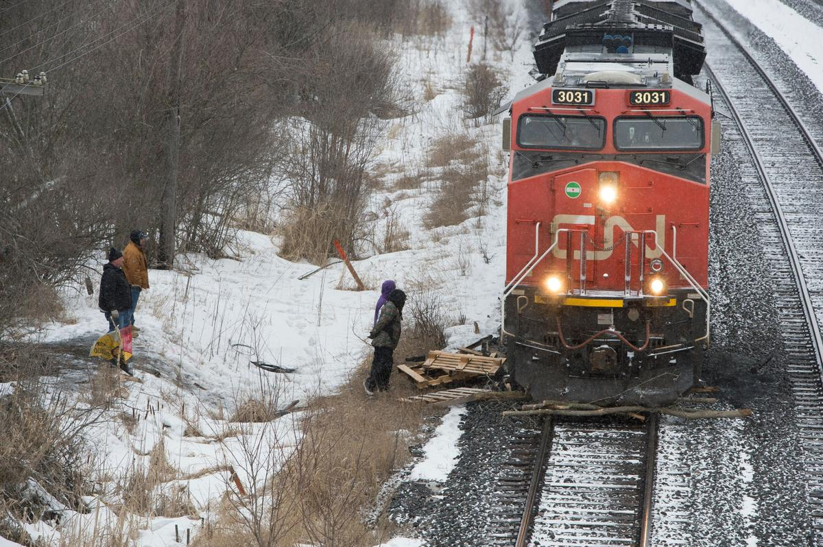 Canadian National Railway starts calling back employees laid off during rail blockade