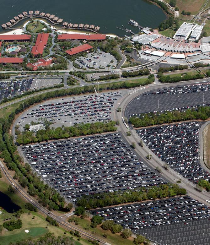 ДО: Практически полная автостоянка возле транспортного узла в Disney's Magic Kingdom в Орландо, штат Флорида, 15 марта 2020 года. REUTERS / Gregg Newton