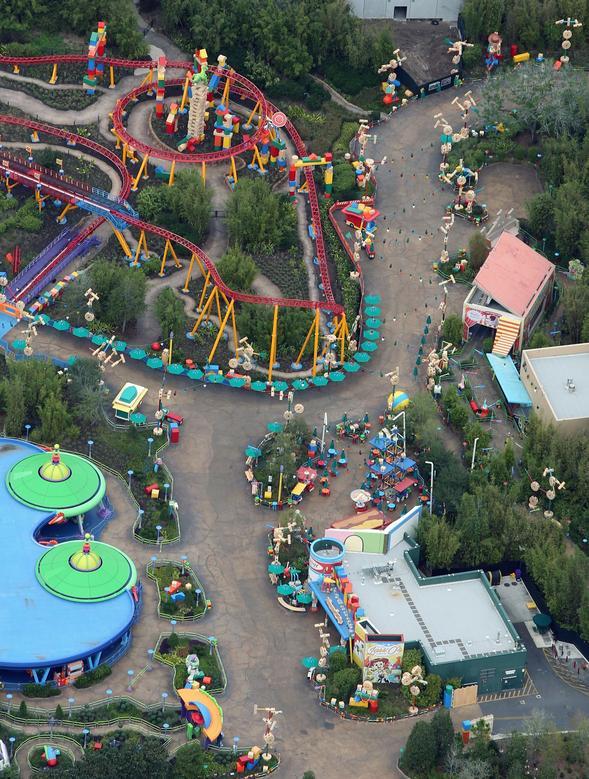 ПІСЛЯ: Toy Story Land в тематичному парку Disney's Hollywood Studios в Орландо, Флорида, 16 березня 2020 року. REUTERS / Gregg Newton