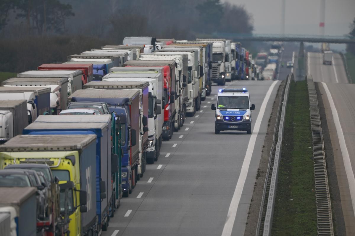 EU urges nations to unblock borders, let freight cross in 15 minutes