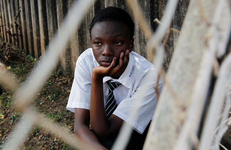Студент смотрит на баскетбольную площадку в старшей школе для девочек в Найроби после того, как правительство Кении отменило уроки в школах в Найроби, Кения, 16 марта 2020 года. REUTERS / Njeri Mwangi