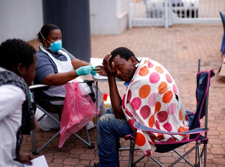 Os moradores de rua são verificados pelas autoridades de saúde antes de irem para os abrigos, durante um bloqueio de 21 dias em todo o país, na tentativa de conter o surto de doença por coronavírus, em Durban, na África do Sul, em 27 de março de 2020. REUTERS / Rogan Ward