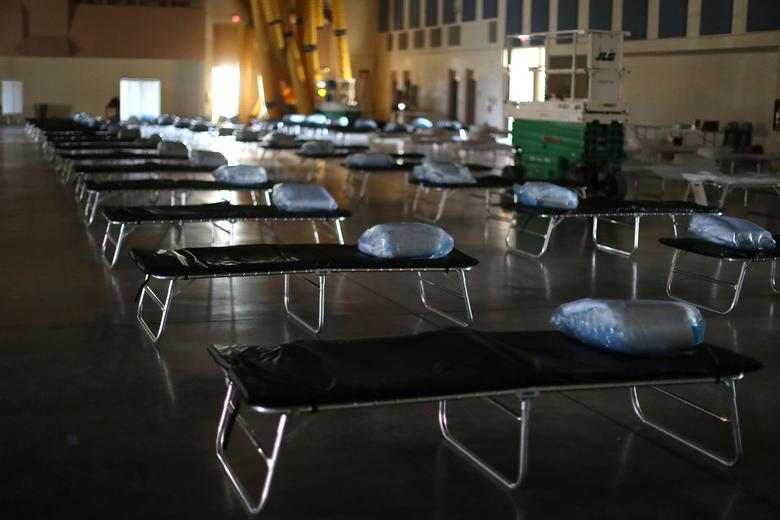 Um posto médico federal para até 125 pacientes com coronavírus está instalado para aliviar a tensão nos hospitais do condado, em Indio, Califórnia, em 26 de março de 2020. REUTERS / Lucy Nicholson
