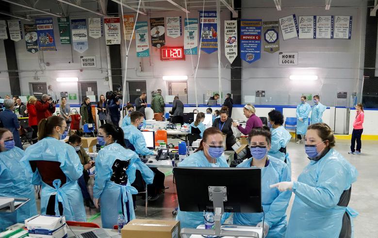 Медичний персонал готується прийняти пацієнтів для скринінгу на коронавірус в тимчасовому центрі оцінки на хокейній арені Брюер в Оттаві, Онтаріо, Канада, 13 березня. РЕЙТЕР / Патрік Дойл