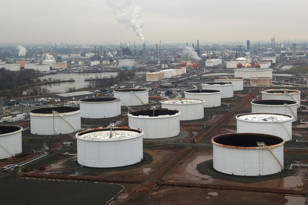 Oil prices fall as U.S. inventory build-up heightens oversupply concerns