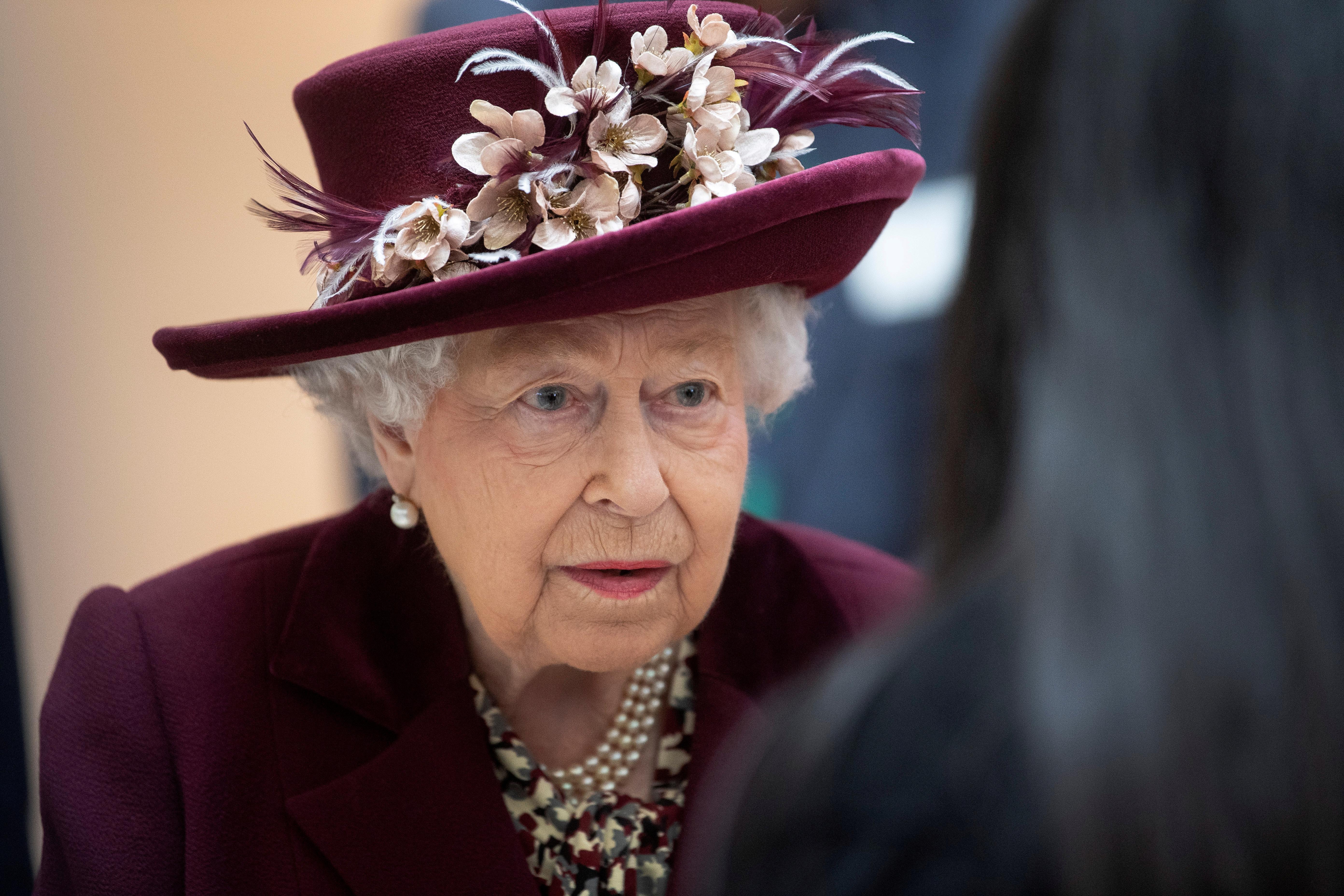 Le Premier ministre britannique Johnson reste isolé alors que la reine se prépare à s'adresser à la nation