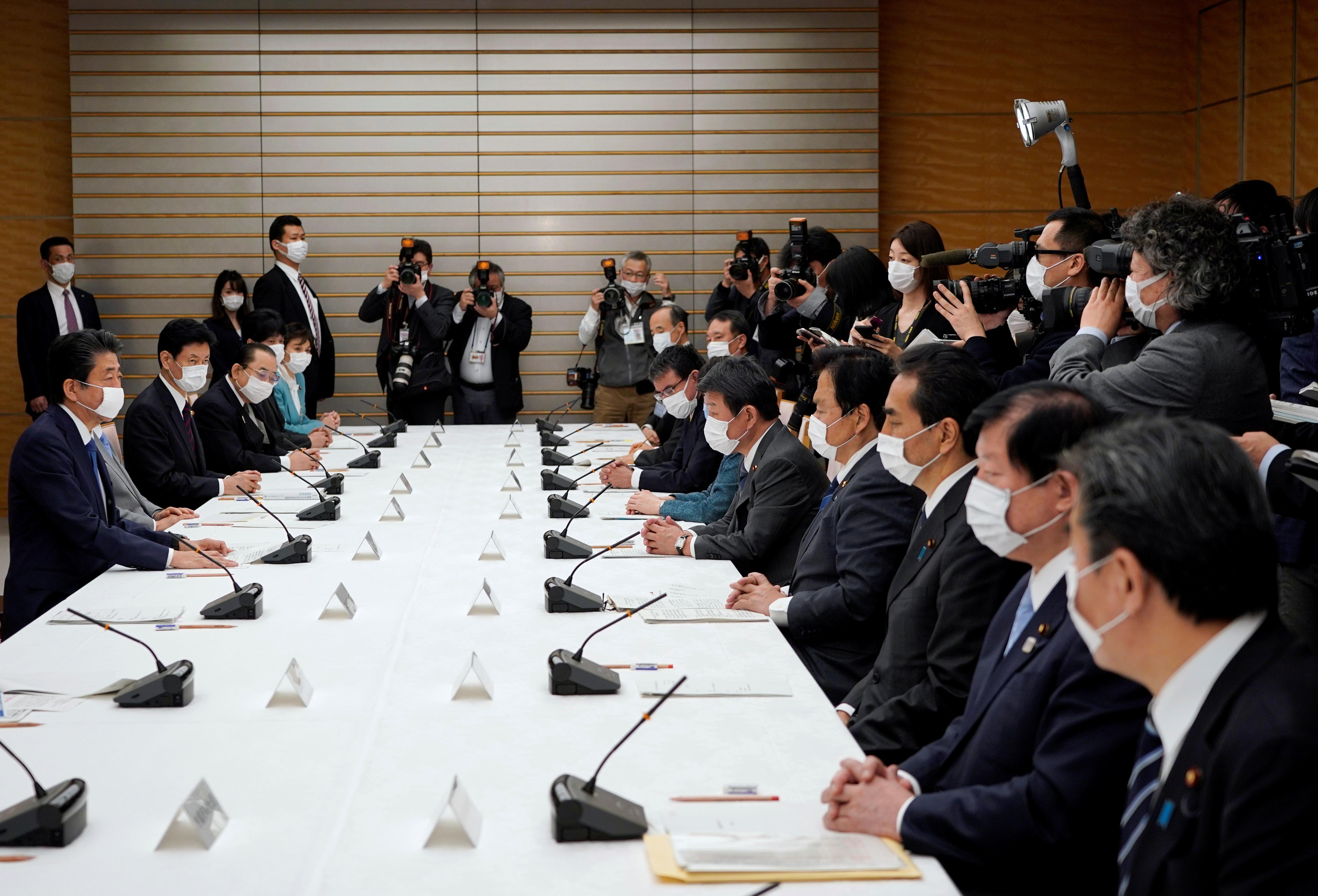 Le Japon va déclarer l'urgence du coronavirus et lancer un plan de relance de 990 milliards de dollars: PM