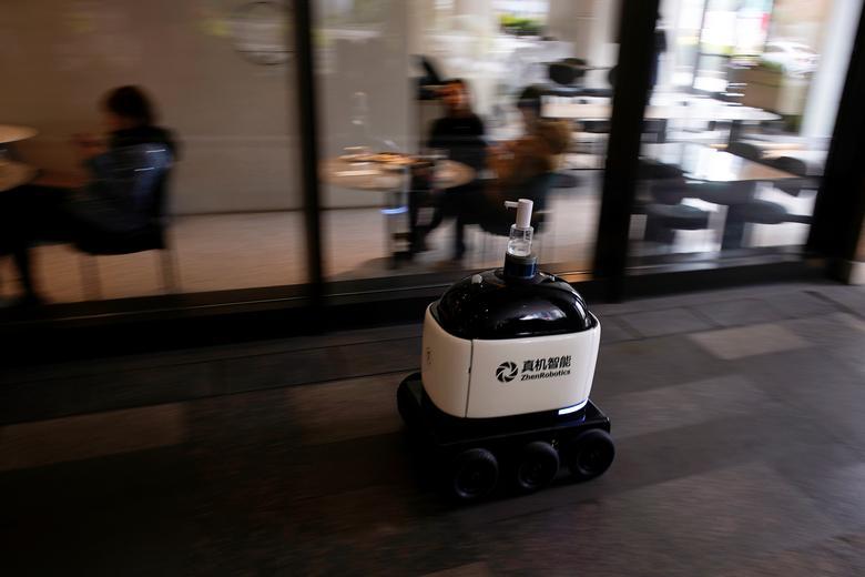 Робот с дозатором для дезинфицирующего средства для рук объезжает торговый комплекс, поскольку страна поражена вспышкой нового коронавируса в Шанхае, Китай, 4 марта 2020 года. REUTERS / Aly Song
