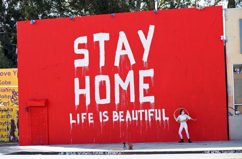 Преподаватель танцев Морган Дженкинс снимает видео перед фреской в Лос-Анджелесе, Калифорния, 3 апреля. REUTERS / Mario Anzuoni & nbsp; & NBSP;