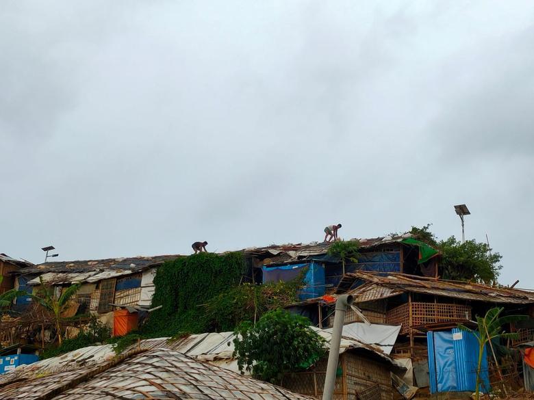 Люди укрепляют крышу во время подготовки к Циклону Амфан в Кокс-Базар, Бангладеш, 20 мая. RO YASSIN ABDUMONAB / via REUTERS