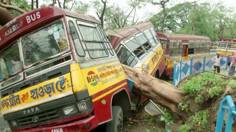 Автобус, поврежденный упавшим деревом из-за циклона Амфана, виден в Калькутте, Западная Бенгалия, Индия, 21 мая. ANI via REUTERS TV & nbsp;