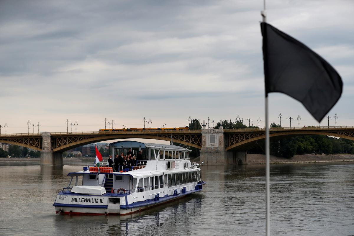 On banks of Danube, Hungary and South Korea mourn victims of boat accident