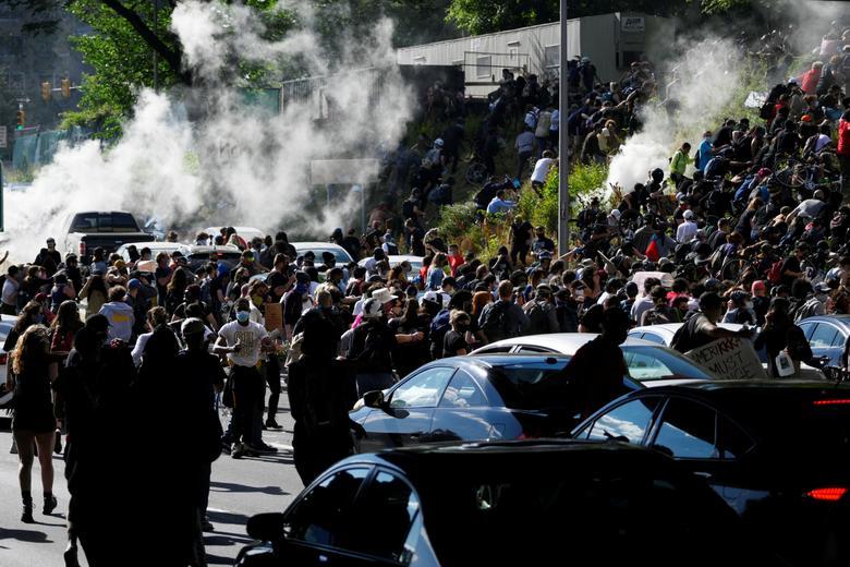 Protestocular 1 Haziran Philadelphia'da bir yürüyüş sırasında gaz gözyaşına tepki gösterdi. REUTERS / Bastiaan Slabbers