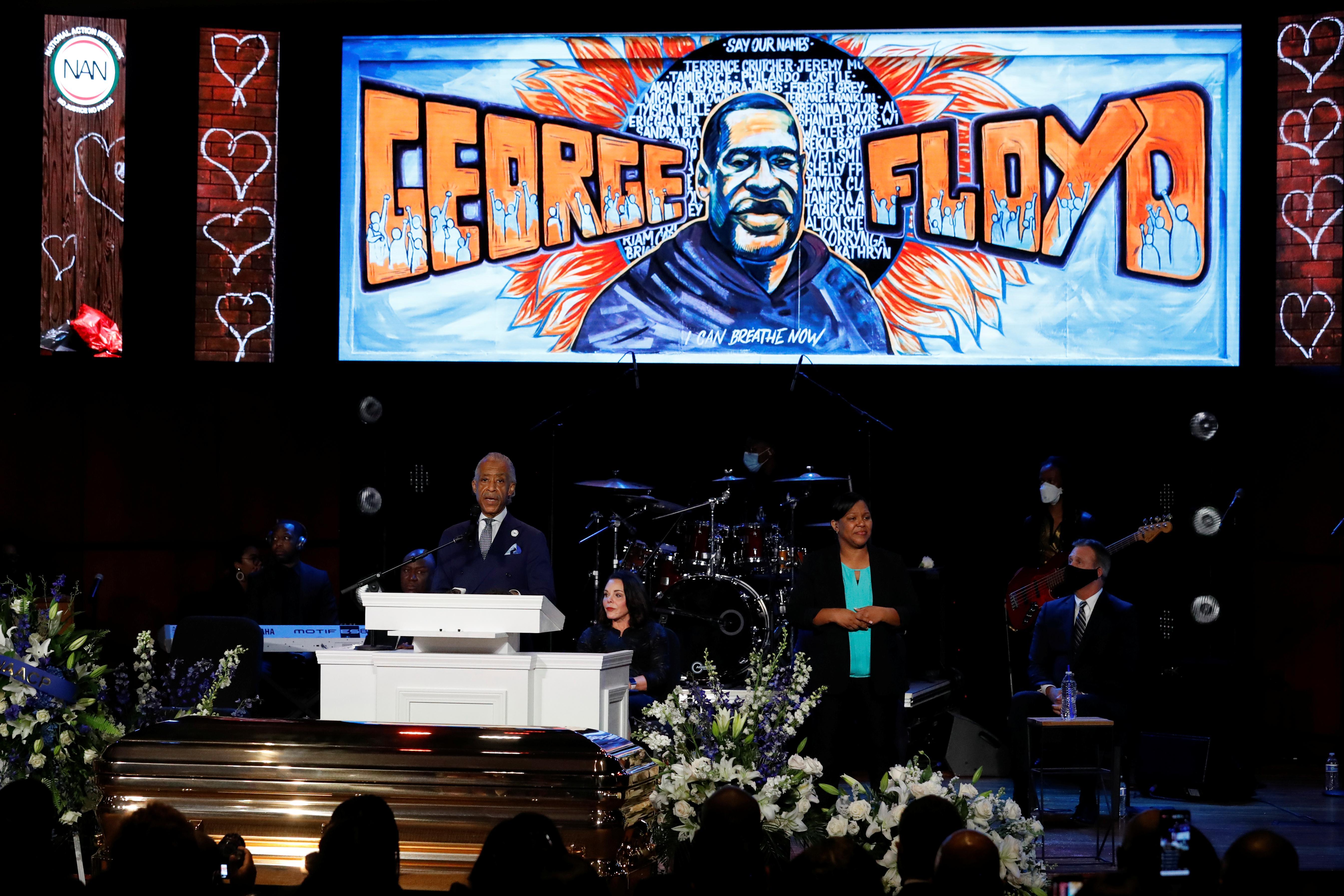« Mettez votre genou à genoux '', a déclaré la militante Sharpton au mémorial de George Floyd