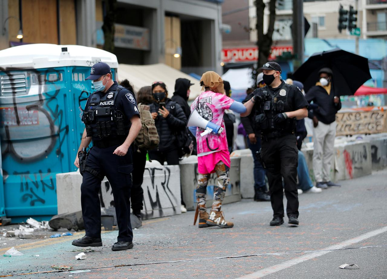 Seattle police clearing out 'lawless and brutal' protest zone - Reuters 4