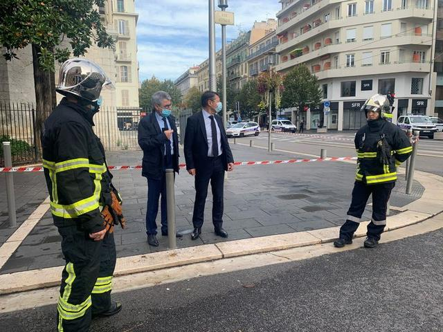 Nice Mayor Christian Estrosi talks to Municipal Police at the site of a knife attack in church in Nice, France, October 29, 2020 in this still image obtained from social media.  Courtesy Twitter / @CESTROSI via REUTERS THIS IMAGE HAS BEEN SUPPLIED BY A THIRD PARTY. MANDATORY CREDIT. NO RESALES. NO ARCHIVES.