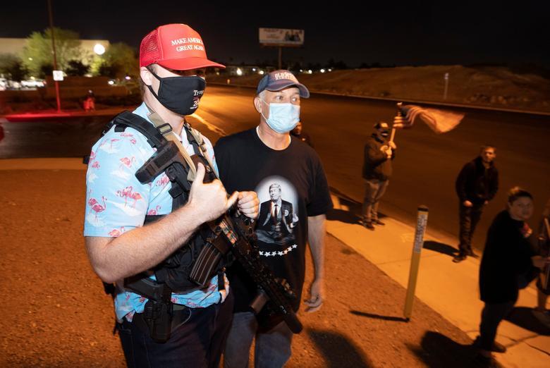 """Darren Kowolski (solda) ve Başkan Trump'ın diğer destekçileri, 4 Kasım 2020, Nevada, North Las Vegas'taki Clark County Seçim Merkezi'nde """"Çalmayı Durdurun"""" protestosu için bir araya geldi. REUTERS / Steve Marcus"""