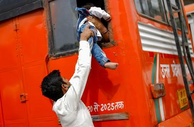 Mass exodus from New Delhi as COVID lockdown begins