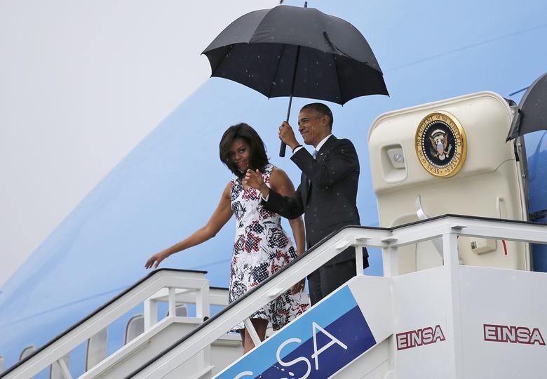 US-Präsident Barack Obama und seine Frau Michelle verlassen die Air Force One, als sie auf dem internationalen Flughafen von Havanna zu einer dreitägigen Reise ankommen, in Havanna, März 2016. | Bildquelle: REUTERS | Bilder sind in der Regel urheberrechtlich geschützt