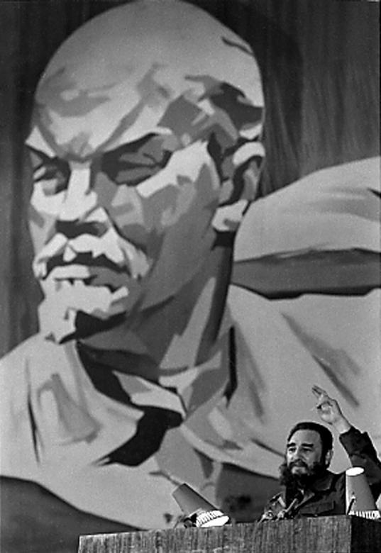Fidel Castro bannt sein Publikum in einem Theater in Odessa, Februar 1981. | Bildquelle: REUTERS | Bilder sind in der Regel urheberrechtlich geschützt