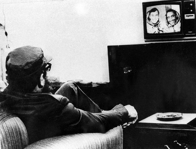 Fidel Castro beobachtet den kubanischen Kosmonauten Arnaldo Tamayo Mendez und den sowjetischen Kosmonauten Juri Romanenko bei einer Fernsehübertragung während der Raumfahrtmission Sojus 38 in Havanna, September 1980. | Bildquelle: REUTERS | Bilder sind in der Regel urheberrechtlich geschützt