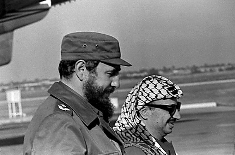 Fidel Castro und PLO-Führer Yasser Arafat stehen zusammen auf dem Flughafen in Havanna während Arafats erstem Besuch in Kuba, November 1974. | Bildquelle: REUTERS | Bilder sind in der Regel urheberrechtlich geschützt