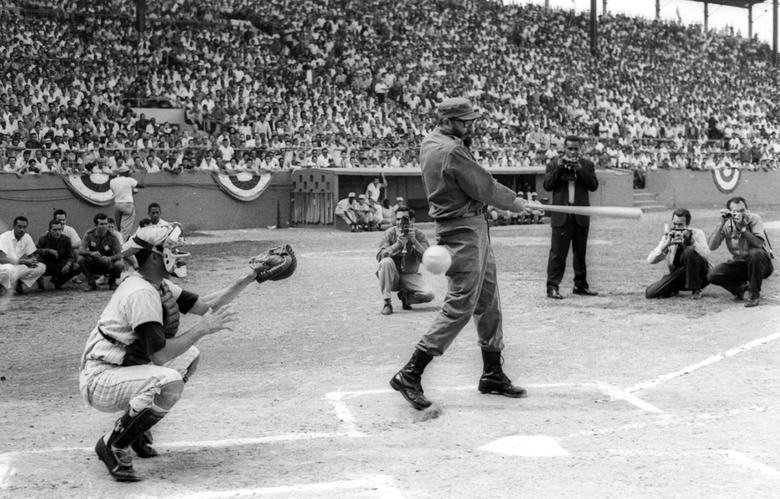 Fidel Castro schlägt während des Eröffnungsspiels der Amateur-Baseballmeisterschaft in Havanna, 1963. | Bildquelle: REUTERS | Bilder sind in der Regel urheberrechtlich geschützt
