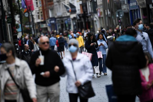 FILE PHOTO: A general view of a crowded street while retail reopens fully as coronavirus disease (COVID-19) restrictions continue to ease after an extensive lockdown period in Dublin, Ireland, May 17, 2021. REUTERS/Clodagh Kilcoyne